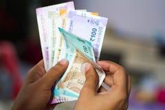 Contar a moeda indiana nova nota todas as denominações imagens de stock