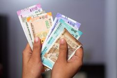 Contar a moeda indiana nova nota todas as denomina??es imagem de stock