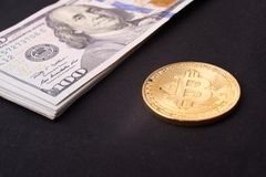 Contas belamente arranjadas 100 bitcoin da moeda do dólar e de ouro em um fundo cinzento Cryptocurrency de Bitcoin anonymous Fund imagem de stock