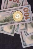 Contas belamente arranjadas 100 bitcoin da moeda do dólar e de ouro em um fundo cinzento Cryptocurrency de Bitcoin anonymous Fund imagem de stock royalty free