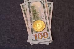 Contas belamente arranjadas 100 bitcoin da moeda do dólar e de ouro em um fundo cinzento Cryptocurrency de Bitcoin anonymous Fund imagens de stock