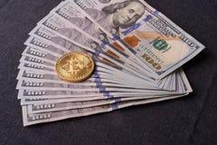 Contas belamente arranjadas 100 bitcoin da moeda do dólar e de ouro em um fundo cinzento Cryptocurrency de Bitcoin anonymous Fund fotografia de stock royalty free