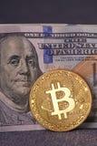 Contas belamente arranjadas 100 bitcoin da moeda do dólar e de ouro em um fundo cinzento Cryptocurrency de Bitcoin anonymous Fund fotografia de stock