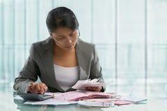 Contas calculadoras da mulher de negócios asiática Fotografia de Stock Royalty Free