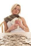 Contas da posse da mudança da tabela da mulher Fotografia de Stock Royalty Free