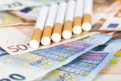 Contas das cédulas do Euro com cigarros Fotos de Stock