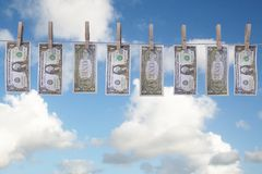 Contas de dólar que penduram na linha de roupa Foto de Stock Royalty Free