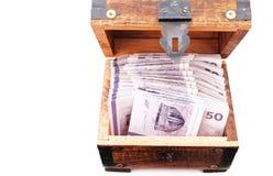 Contas de dinheiro dinamarquesas em uma caixa de madeira Foto de Stock
