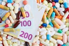 Contas de dinheiro do Euro em comprimidos e em tabuletas Fotografia de Stock Royalty Free