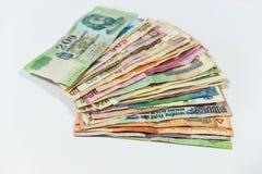 Contas de dinheiro internacionais coloridas ventiladas no fundo branco fotos de stock royalty free