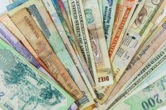 Contas de dinheiro ventiladas do mundo inteiro imagem de stock royalty free
