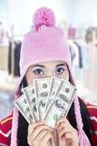 Contas de dólar da terra arrendada da mulher nova em suas mãos Fotografia de Stock Royalty Free