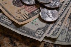 Contas de papel dos dez e dos anos 20 com moedas Foto de Stock Royalty Free