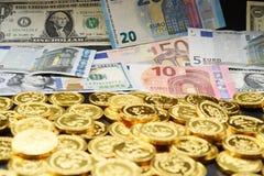 Contas do Euro e notas de dólar e moedas de ouro Imagem de Stock