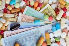 Contas do Euro em comprimidos e em medicina Fotografia de Stock
