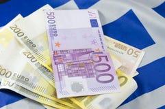 Contas do Euro na bandeira grega Imagens de Stock