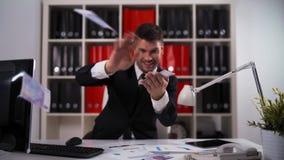 Contas do lance do homem de negócios euro- no ar video estoque