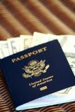 Contas do passaporte e de dólar dos E.U. Imagem de Stock