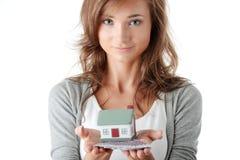 Contas dos euro da terra arrendada da mulher e modelo da casa Fotografia de Stock