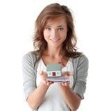 Contas dos euro da terra arrendada da mulher e modelo da casa Fotos de Stock Royalty Free