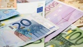 Contas dos Euros de valores diferentes Conta do Euro de vinte sobre outro contas fotografia de stock royalty free
