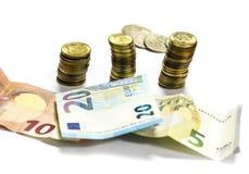 Contas e moedas do Euro em um fundo branco Imagens de Stock