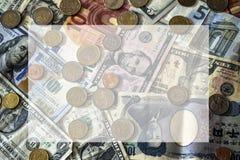 Contas e moedas do fundo diferente das nações com caixa de texto Fotografia de Stock Royalty Free