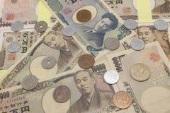 Contas e moedas do iene japonês fotografia de stock royalty free