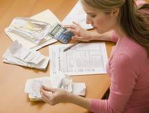 Contas pagando da mulher Imagem de Stock Royalty Free