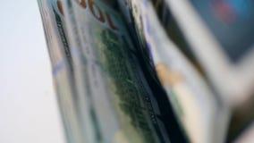 Contatore automatizzato di valuta che lavora con i soldi stampati ad una banca stock footage