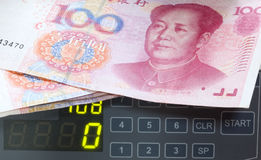 Contatore con cento yuan. Immagini Stock Libere da Diritti
