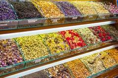 Contatore con differenti tipi di frutta e di tisane, grande bazar fotografia stock libera da diritti