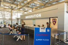 Contatore del controllo di dogana di immigrazione all'aeroporto fotografia stock