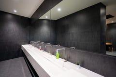 Contatore del lavabo nella toilette fotografie stock