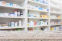 Contatore dell'esposizione del prodotto della farmacia con gli scaffali della farmacia Immagini Stock