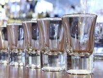 Contatore della barra con i vetri della vodka Fotografie Stock