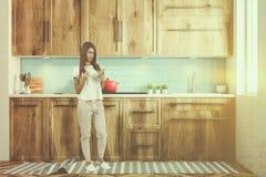 Contatore di cucina di legno di cottura rosso del vaso, donna Fotografie Stock