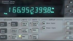 Contatore di frequenza in un laboratorio stock footage