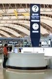 Contatore di informazioni dentro il terminale di partenza del passeggero, aeroporto internazionale di Kansai, Osaka, Giappone Fotografie Stock