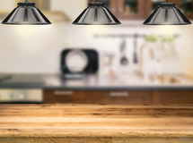 Contatore di legno con le lampade a sospensione Fotografia Stock Libera da Diritti