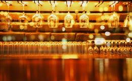 Contatore di legno dell'esposizione con il vetro di vino nella barra al fondo di notte immagini stock libere da diritti