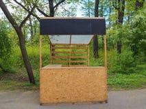 Contatore di legno vuoto abbandonato del mercato nel parco verde immagini stock