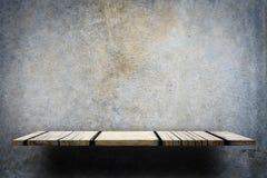 Contatore di legno vuoto su fondo grigio fotografia stock