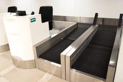 Contatore di registrazione dei bagagli all'aeroporto Fotografia Stock Libera da Diritti