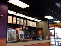 Contatore e menu di ordine di Taco Bell che caratterizzano vari prodotti di marca commerciale immagini stock