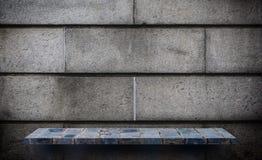 Contatore grigio dello scaffale della roccia per l'esposizione del prodotto fotografia stock
