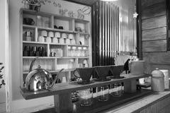 Contatore interno del bar in bianco e nero Fotografie Stock