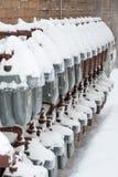 Contatori del gas coperti di neve sulla parete Immagini Stock Libere da Diritti