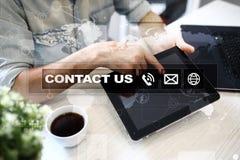 Contattici bottone e testo sullo schermo virtuale Concetto di tecnologia e di affari Immagini Stock Libere da Diritti