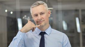 Contattici, chiamimi, Grey Hair Businessman Open per aiutare i clienti stock footage